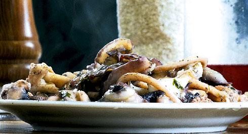 Σουπιές με μοσχάτο κρασί Λήμνου από τα σαρακοστιανά  μαγειρέματα της Λέσχης.